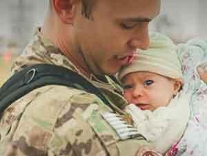 Tu Corazón Se Derretirá Cuando Veas A Este Soldado Conocer A Su Hija Por Primera Vez!!!