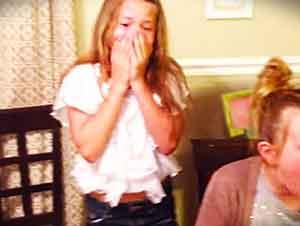 Madre Capta Le Reacción De Sus Dos Niñas Al Saber Que Van A Ser Hermanas Mayores De Un Nuevo Hermanito
