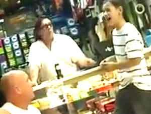 Un Joven Muchacho Deja A Los Dueños De Una Tienda De Música Asombrados Con Su Gran Voz