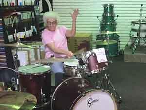 Abuela Toca La Batería En Una Tienda De Instrumentos Para Sorpresa De Todos