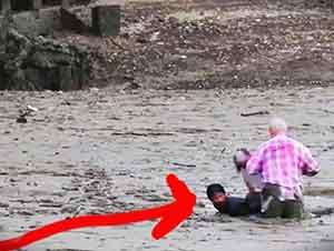 Un Pescador Ayuda A Rescatar A Un Hombre Que Se Quedó Atorada En El Lodo Mientras Tomaba Fotografías