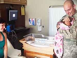 Soldado Acaba De Regresar A Casa Para Conocer A Su Hija De Tan Solo Un Día De Nacida