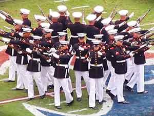 Estos Marines Acaban De Realizar Un Gran Espectaculo Para Toda La Audiencia De En La Arena De Football Americano