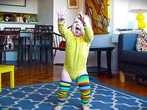 Esta Pequeñita Esta A Punto De Aprender A Caminar… Este Video Capta Todo Su Esfuerzo De Una Manera Genial!