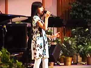 Pequeña Niña Sorprende A Toda Su Iglesia Con Esta Gran Canción