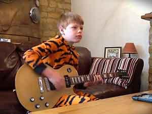 Se Sentó Frente A La Cámara Aun En Pijamas Con Su Guitarra En Mano Y Comenzó A Tocar Como Todo Un Profesional