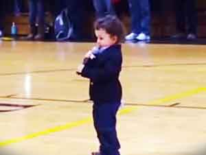 Aparentemente Este Bebé De Tan Solo dos Años Será Una Gran Estrella. Mira Como Interpreta El Himno Nacional
