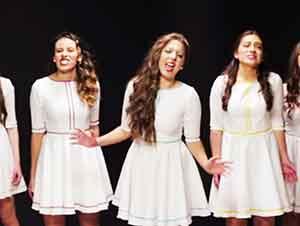 Cinco Muchachas Cantan Como Angeles En La Tierra