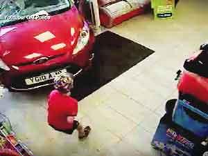 Pequeño Niño Que Buscaba Un Dulce En Una Tienda Fue Golpeado Repentinamente Por Un Carro… Pero Sobrevivió