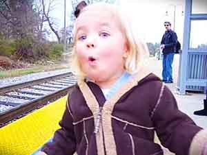 La Emoción Y La Felicidad De Esta Pequeñita No Se Puede Contener Al Ver Que Se Va A Subir A Un Tren