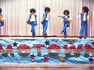 """Pequeños De Tercer Año Cantan Y Bailan Como Los Famosos """"Jackson 5"""""""