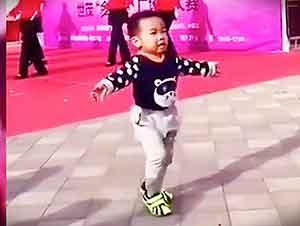 Este Pequeñito Sabe Como Bailar Delante De Todos… Alomejor Me Podría Enseñar