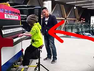 Niña De Nueve Años Toca El Piano Virtuosamente