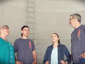 Familia Canta Alabanza Adentro De Un Granero