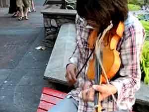 Muchacho Tocal El Violin Con Mucho Talento