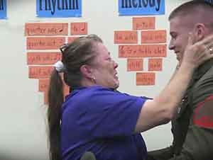Marine Sorprende A Su Madre En La Escuela Mientras Daba Clase