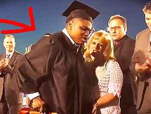Muchacho Camina Por Primera Vez En Su Graduación