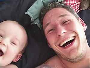 Simpático Bebé Piensa Que Su Papá Es Muy Chistoso