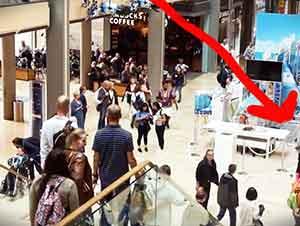 Flash Mob Canta Una Canción Gospel Repentinamente En Un Centro Comercial