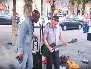 Cantante Famoso Hace Dueto Con Músico En La Calle