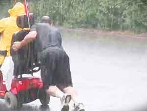 Buen Samaritano Ayudo A Un Hombre Empujando Su Silla De Ruedas Electrica