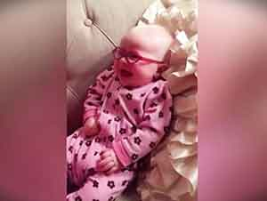 Bebita Con Lentes No Para De Sonreír