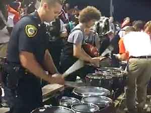 Oficial de Policia Toca Las Percusiones