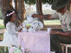 Padre Militar Toma El Té Con Su Hija