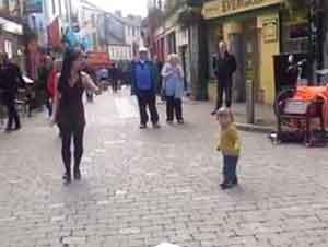 Bebita Baila En La Calle Junto A Una Bailarina
