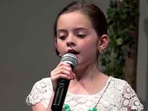 Niña Canta En Su Iglesia