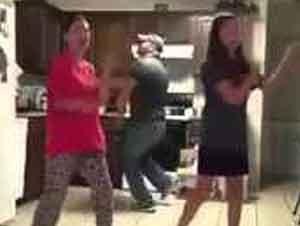 Padre Bailando Da Sorpresa A Sus Hijas