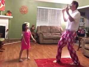 Padre E Hija Bailando En La Sala De Su Casa