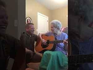 Señora Que Pedece Demencia Recuerda Como Tocar La Guitarra