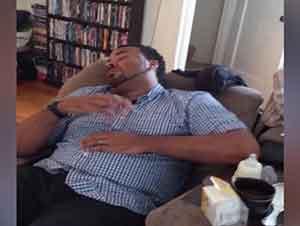 Padre Dormido Cree Estar Cuidando A Su Hijo