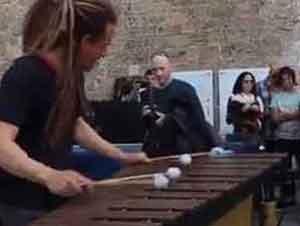 Marimba Rasta Toca Una Canción De Coldplay
