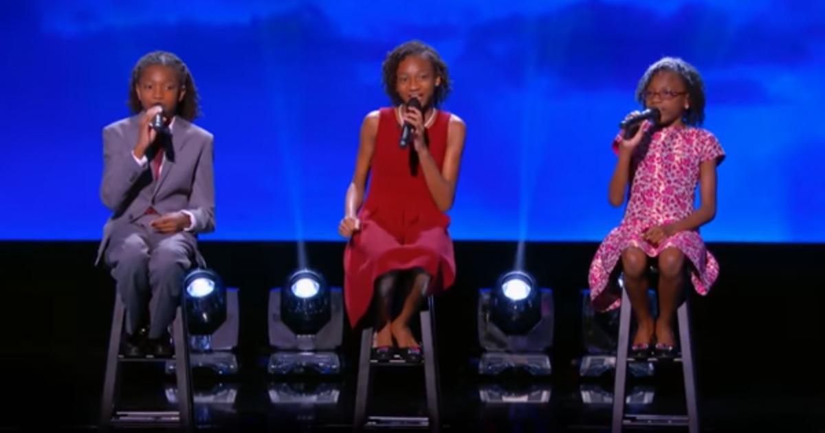 Tres Hermanos Cantan En Concurso De Talentos