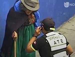Policías Ayudan A Una Mujer Indígena